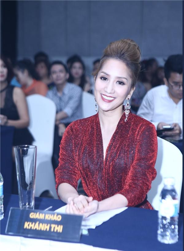 Khánh Thi xinh đẹp trong đêm chung kết xếp hạng.