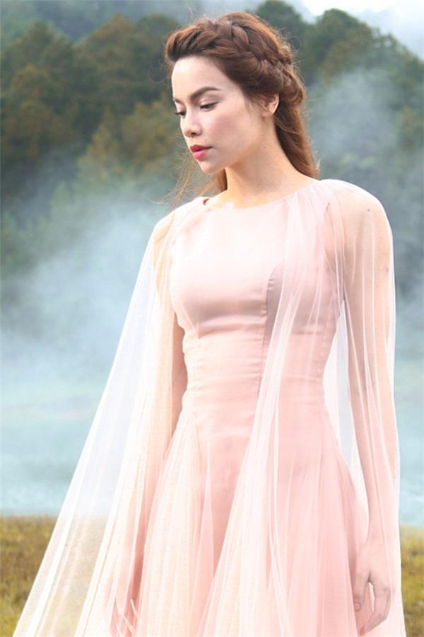 Hồ Ngọc Hà mơ màng, đẹp mong manh tựa thiên thần giữa khung trời Đà Lạt mộng mơ với thiết kế màu hồng pastel ngọt ngào xu hướng màu sắc chủ đạo trong năm 2016 này.