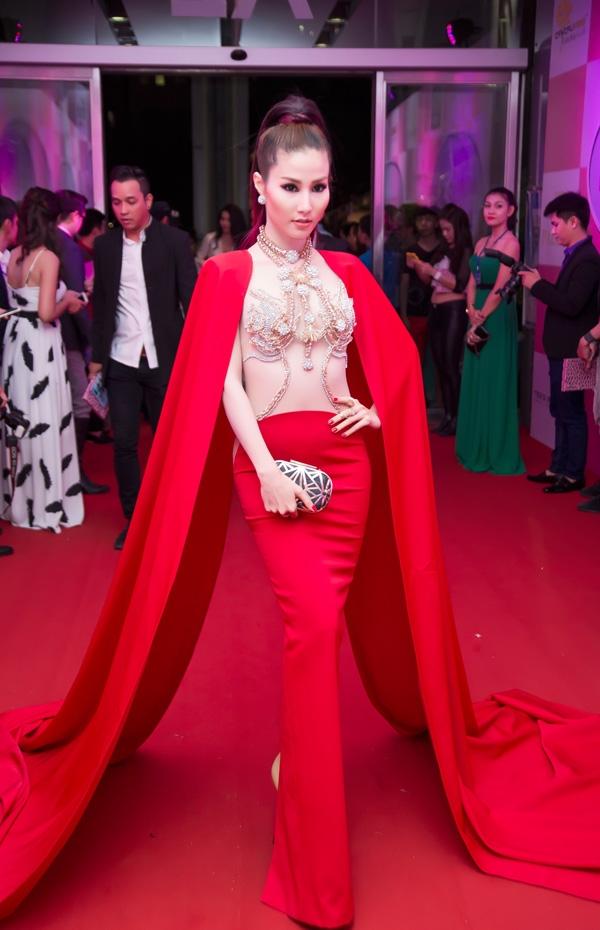 Một thiết kế tay cape khác từng giúp Diễm My giành giải Nữ hoàng thảm đỏ tại Đêm hội chân dài 2015. Phần váy bên trong khá lạ mắt với đường cắt, nối hình vòng cung ngay thắt eo.