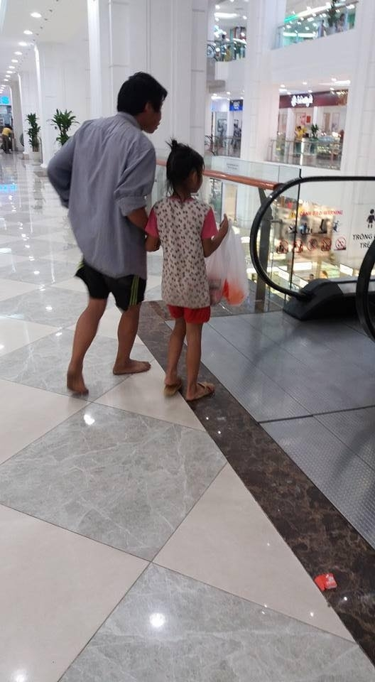 Tháng 6/2016, nhiều người đã chia sẻ hình ảnh ông bố đi chân đất dẫn con gái vào một trung tâm thương mại mua 5 gói mì tôm. Khoảnh khắc tưởng chừng như rất đỗi bình thường lại vô cùng ý nghĩa về tình cảm của bố dành cho con.