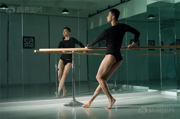 Mỗi ngày các vũ công đều phải đến phòng tập múa.