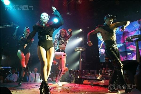 Tuy nhìn có vẻ hào nhoáng nhưng thực chất đằng sân khấu những vũ công cũng vất vả như bao công việc khác.