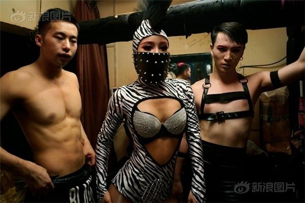 Vì cuộc sống khó khăn nên các vũ công thường tụ tập thành từng nhóm, nương tựa vào nhau, giúp đỡ nhau.