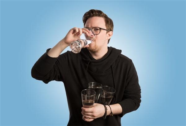 """Will Fulton- người bày ra thử thách """"30 ngày hẹn hòcùng nước""""."""