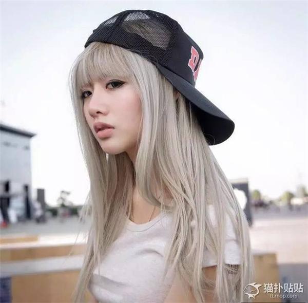 Cô người mẫu trẻ thường xuyên đăng ảnh trên mạng xã hội và thu hút sự chú ý rất lớn của dư luận.