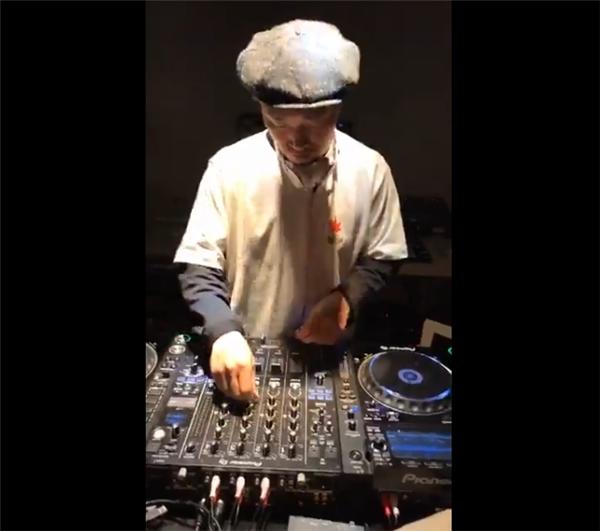 Anh chơi nhạc khá say sưa trong buổi livestream.