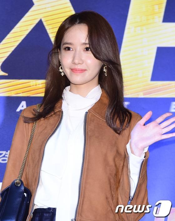 """Có lẽ Yoona là một trong những cái tên được chú ý nhất trong sự kiện vừa qua. Dù diện trang phục đơn giản nhưng cô nàng vẫn trở thành tâm điểm của truyền thông bởi vẻ ngoài xinh đẹp, nổi bật. Với phong cách trang điểm đậm, """"nữ thần Kpop"""" toát lên sức quyến rũ khó cưỡng."""