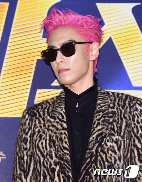 T.O.P (Big Bang) điển trai xuất hiện chất lừ với mái tóc hồng nổi bật.