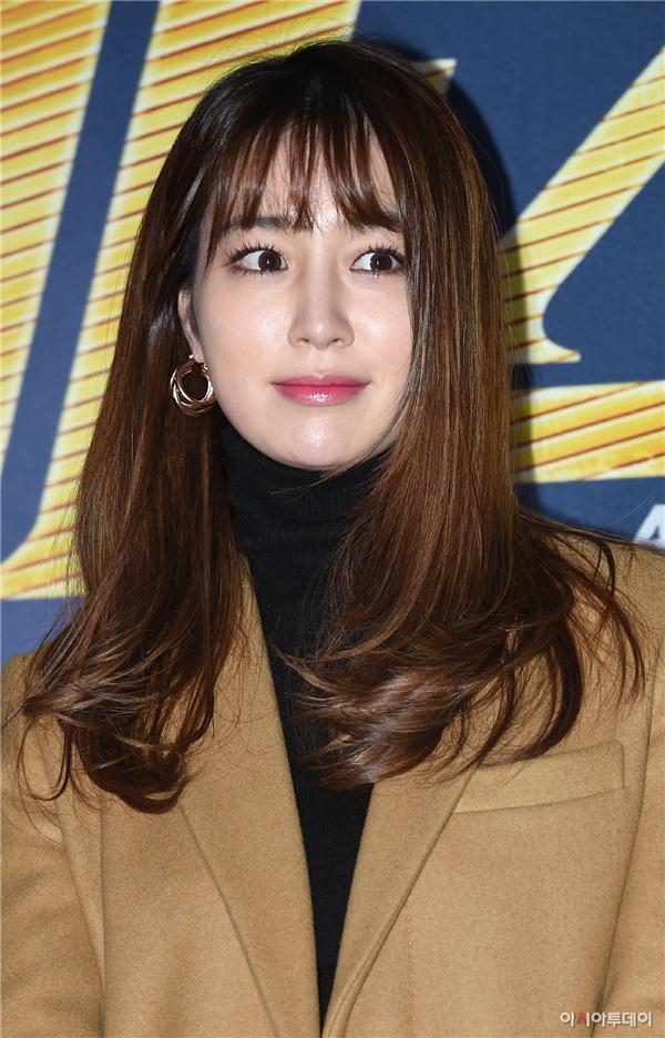 Sau lùm xùm xoay quanh scandal Lee Byung Hun thân thiết với người phụ nữ lạ mặt, Lee Min Jung vẫn có mặt ủng hộ phim mới của chồng.