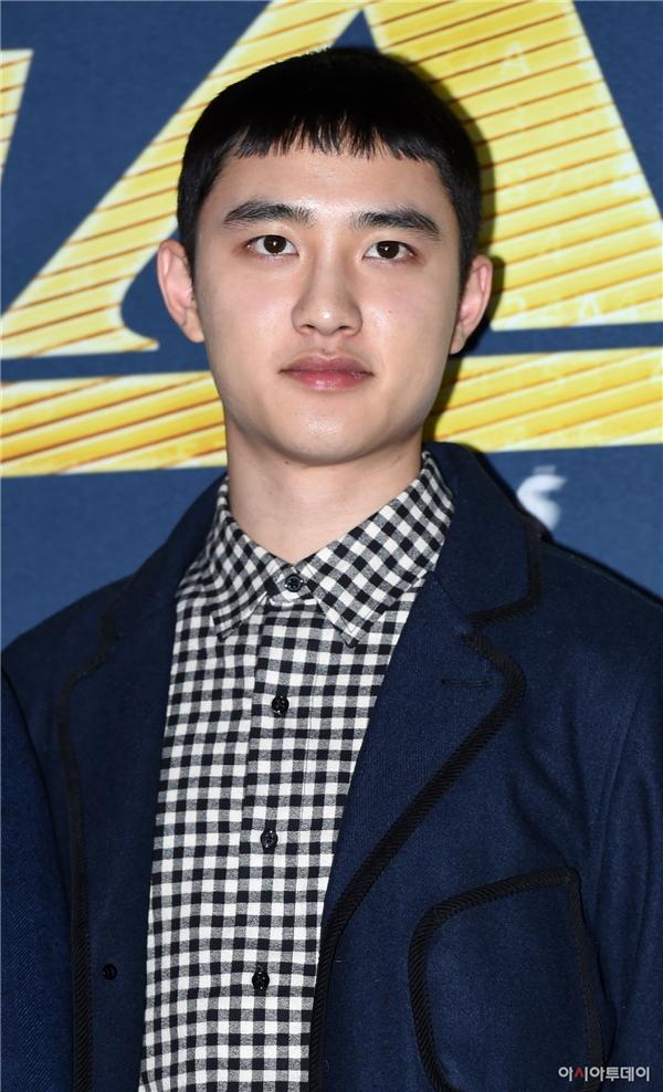 D.O. (EXO) khoe tóc mới ngố tàu lạ mắt. Hiện tại, anh cũng đang bận rộn với dự án điện ảnh Brother cùng Jo Jung Suk và Park Shin Hye.