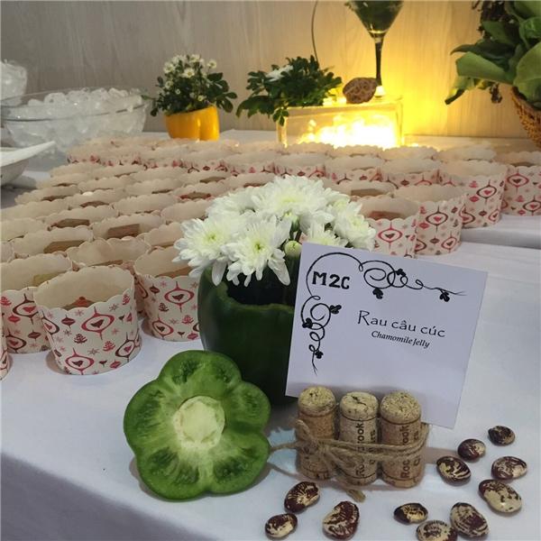 Không gian phòng ăn ở hậu trường cũng được bày trí hết sức thu hút với hoa tươi theo phong cách châu Âu tối giản.
