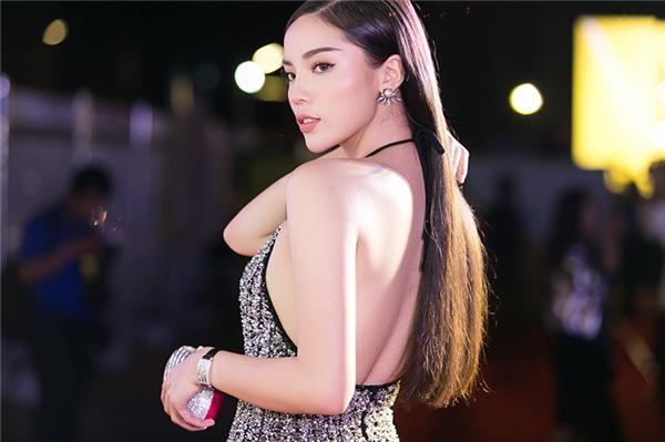 """Không có mẹ """"tháp tùng"""", Hoa hậu Kỳ Duyên quá đỗi sexy"""