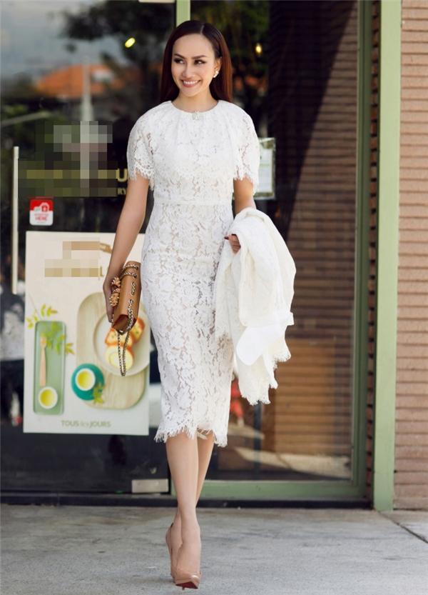 Ở set đồ thứ 2, cô đã không sử dụng quá nhiều phụ kiện để kết hợp cùng váy ren trắng thanh lịch. Món đồ duy nhất mà Kim Duyên lựa chọn chính là chiếc túi xách tán đinh hàng hiệu size nhỏ góp phần tăng thêm sự sang trọng.