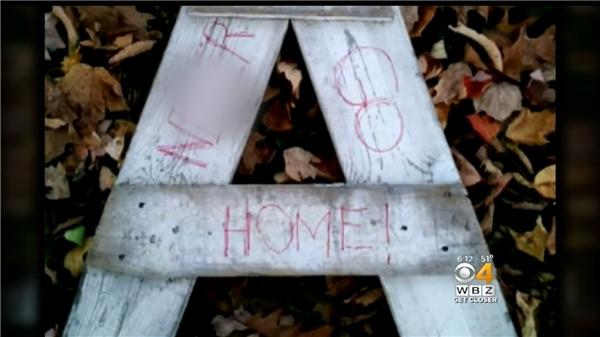 """Thậm chí viết những dòng chữ kì thị cực đoan """"Go home"""" (Cuốn xéo về nhà)."""