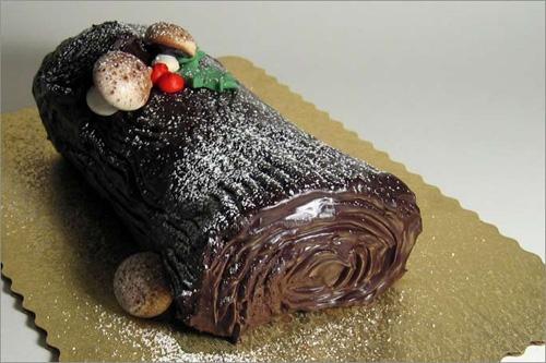 Bánh khúc cây truyền thống với vị chocolate và rắc đường cát trắng như những bông tuyết. (Ảnh: Internet)