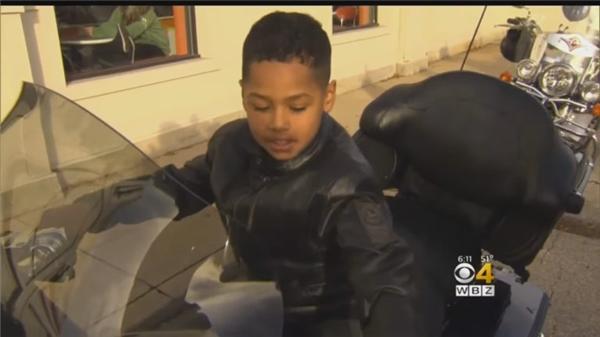 Đặc biệt, Eze còn được tặng mũ bảo hiểm, áo khoác và ngồi trên một chiếc xe phân khối lớn. Đó thực sự là giây phút tuyệt vời không thể nào quên trong đời Eze.