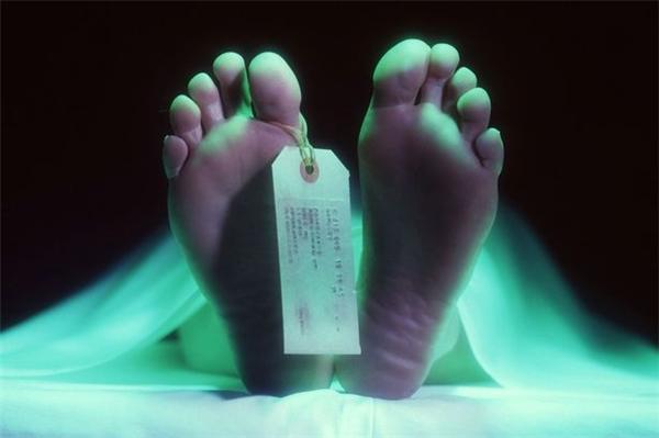 Tại sao một người vẫn còn dấu hiệu sự sống lại bị ném vào nhà xác những 2 ngày?