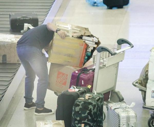 Tuy nhiên, khi vừa đến nơi nhận hành lý sau chuyến bay, Ngọc Trinh bần thần lo lắng khi phát hiện hành lý của cô đã bị rạch, để lộ phần hàng hóa bên trong. - Tin sao Viet - Tin tuc sao Viet - Scandal sao Viet - Tin tuc cua Sao - Tin cua Sao
