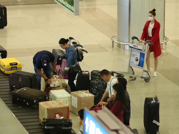 Ngọc Trinh bị rạch hành lý tại sân bay khi vừa trở về từ Mỹ - Tin sao Viet - Tin tuc sao Viet - Scandal sao Viet - Tin tuc cua Sao - Tin cua Sao