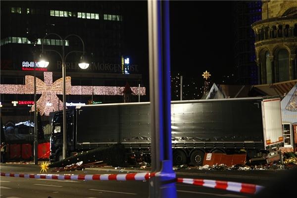 Khủng bố kinh hoàng ở Berlin, ít nhất 12 người thiệt mạng