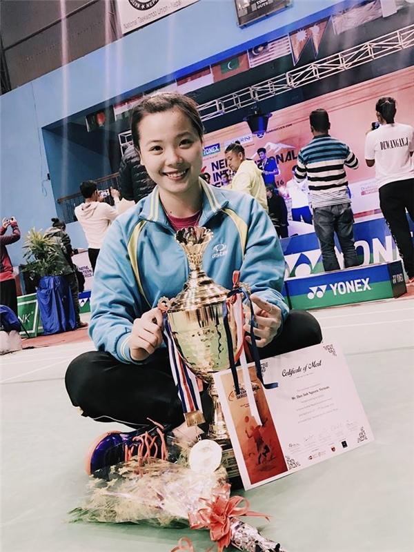 Thùy Linhhạnh phúc với chiếc cúp vô địch của mình. (Ảnh: FBNV)