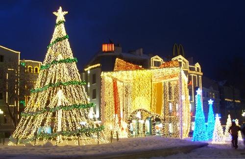 Một cây thông được tạo từ những dây đèn như thế này cũng không hề làm giảm đi tinh thần lễ hội.