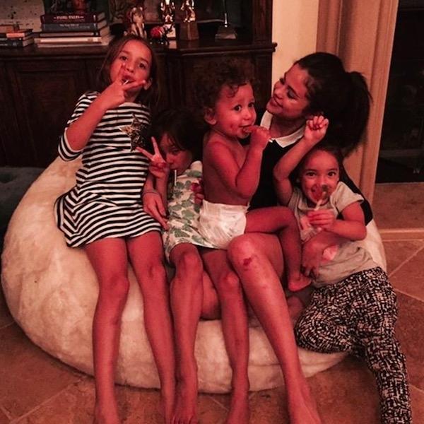 Selena bên gia đình trong dịp lễ.