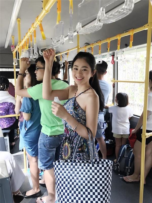 """Bức ảnh của cô gái trên xe buýt khiến dân mạng """"rần rần"""" ngày hôm nay. (Ảnh: Internet)"""