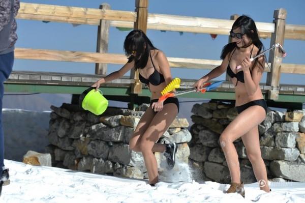 Hot girl mặc bikini leo núi tuyết rồi livestream ở tiết trời -5 độ C