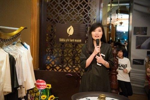 Hình ảnh của DieejpAnh trong buổi khai trương của hàng của mình.