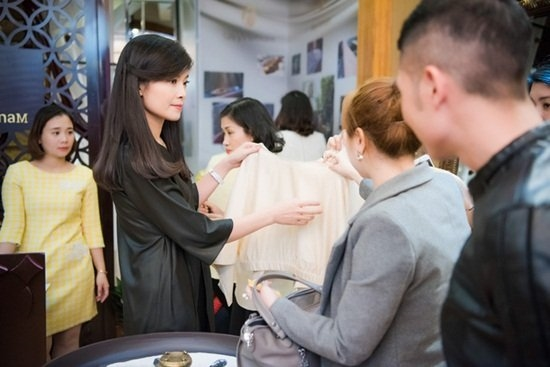 BTV Diệp Anh tại buổi lễ khai trương cửa hàng lụa của chị.