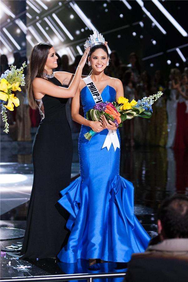 Đương kim Hoa hậu Hoàn vũđến từ Philippines Pia Alonzo Wurtzbach trong khoảnh khắc được trao lại vương miện.