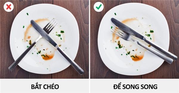 Sau khi ăn xong, phải đặt dao nĩa vào đĩa như thế nào?
