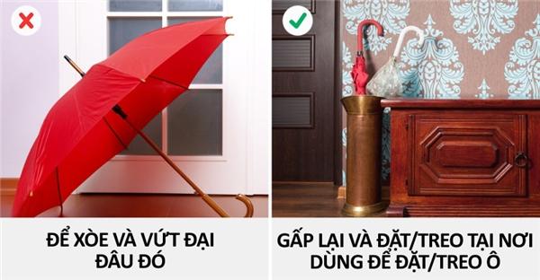 Phải làm gì với chiếc ô đi mưa khi bước vào nhà?