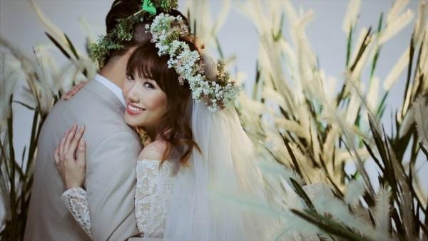 Mới đây, cộng đồng mạng đã lan truyền bức ảnh Hari Won diện váy cưới rạng rỡ ôm vai Trấn Thành. Nữ ca sĩ nở nụ cười hạnh phúcbên tình yêu của mình. - Tin sao Viet - Tin tuc sao Viet - Scandal sao Viet - Tin tuc cua Sao - Tin cua Sao