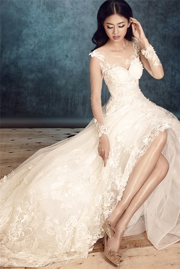 Từ khi đăng quang, Á hậu Ngô Thanh Thanh Tú gắn liền với hình ảnh thanh lịch, nhẹ nhàng. Tuy nhiên, trong chùm ảnh mới, người đẹp sinh năm 1994 khiến nhiều người bất ngờ về sự lột xác khi làm cô dâu trong những bộ váy cưới của John Kim.
