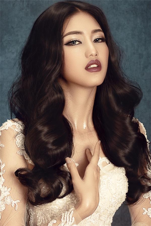 Cô còn được make-up theo style ấn tượng, nhấn vào đôi mắt to và đậm, đôi môi màu nude hoặc đỏ đậm.