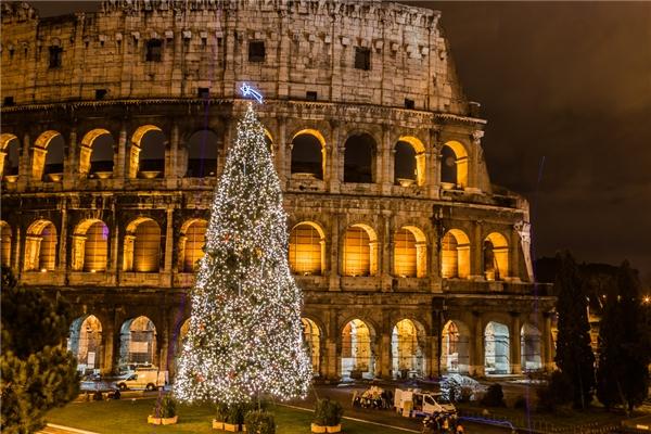 Lung linh hơn bao giờ hết. Đấu trườngLa Mã Colosseum có lẽ cũng chỉ tỏa sáng để làm nền cho cây thông Noel này.