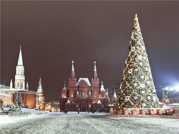 Check-in cùng cây thông cao 17m được đặt tại quảng trườngtuyết trắng Manezh sẽ là điều bạn không nên bỏ lỡ khi tới Moscow.