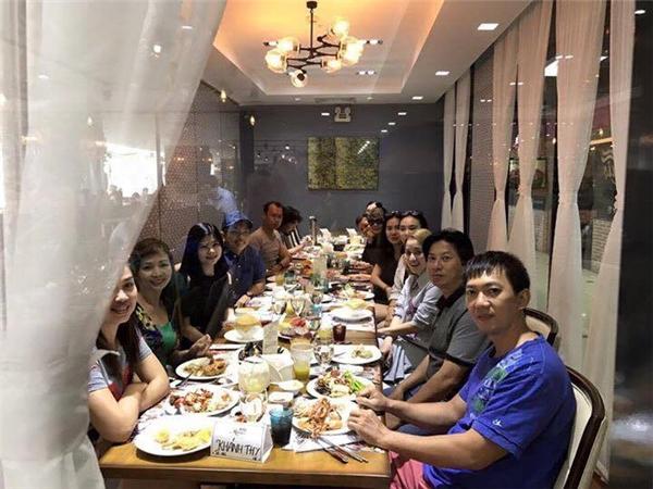 Khánh Thi ăn tiệc tối cùng đại gia đình chồng - Tin sao Viet - Tin tuc sao Viet - Scandal sao Viet - Tin tuc cua Sao - Tin cua Sao