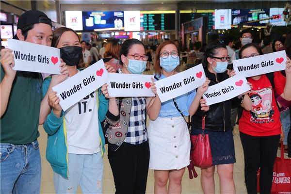 Các fan của Wonder Girlskhông tỏ ra mệt mỏi mà ngược lại còn rất phấn khích, reo hò tên nhóm khi nhìn thấy Hyelim đang tiến ra ngoài.