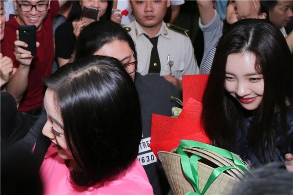 Trước sự chào đón nồng nhiệt từ đông đảo các Wonderfuls (tên FC Wonder Girls), Yeeun, Hyelim và Summi đã cười tươi rạng rỡ vẫy tay với người hâm mộ.
