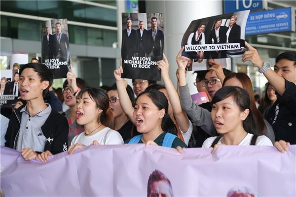 Trước đó vài giờ, thành viên đầu tiên của Micheal Learn To Rock đã có mặt tại Việt Nam trong sự cổ vũ nhiệt tình của khán giả.