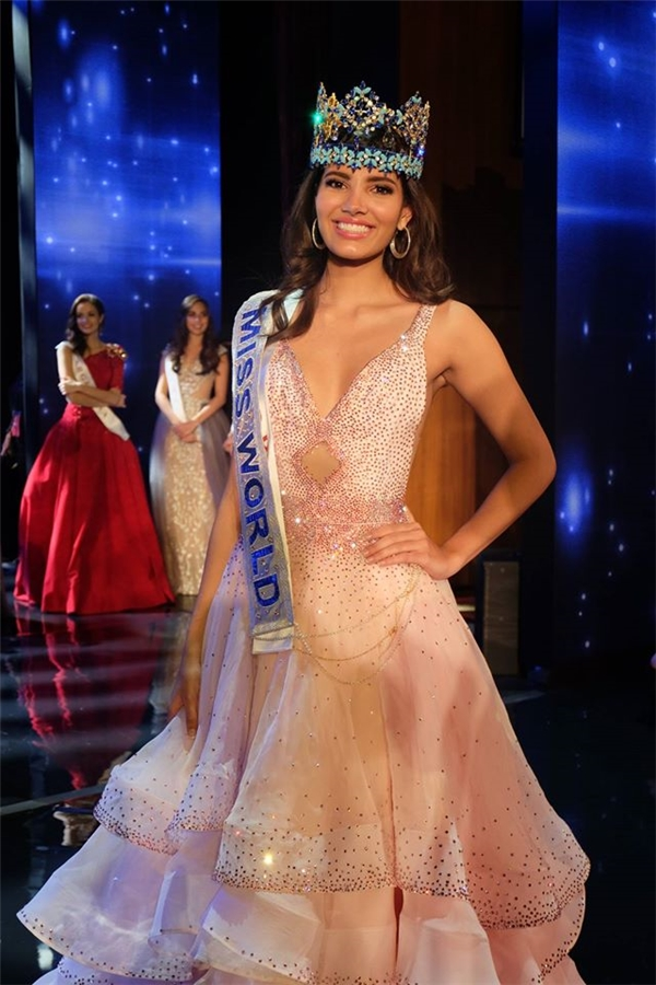 Hoa hậu Thế giới 2016 mới đăng quang Stephanie người Puerto Rico chọn kiểu váy xòe phân tầng mềm mại trong đêm chung kết. Thiết kế lấy ý tưởng từ đóa hoa phù dung mong manh, nhẹ nhàng.