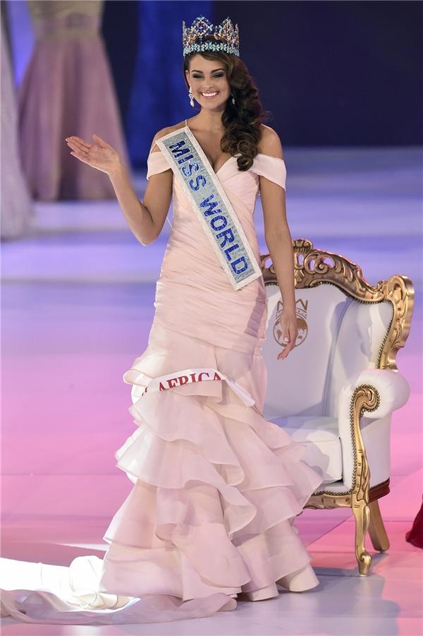 Rolene Hoa hậu Thế giới 2014 cũng diện thiết kế ôm sát màu hồng với phần chân váy thep cấu trúc bất đối xứng trong ngày đăng quang.