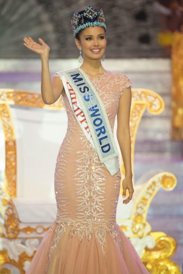Năm 2013, chiếc váy màu hồng phấn với loạt chi tiết đính kết kì công trên nền chất liệu voan lụa mềm mại cũng giúp Megan Young tỏa sáng. Và đây được xem là một trong những Hoa hậu Thế giới đẹp nhất của khu vực châu Á.