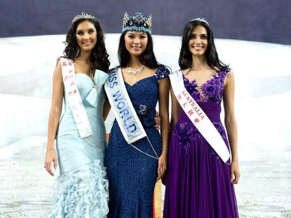 Hai nhan sắc đến từ Trung Quốc, Trương Tử Lâm (Hoa hậu Thế giới 2007) và Vu Văn Hà (Hoa hậu Thế giới 2012) đều diện váy màu xanh đơn giản trong đêm chung kết.