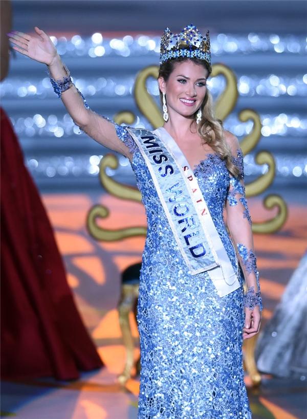 Năm 2015, Mireia Lalaguna cũng lên ngôi với bộ váy xuyên xuyên thấu màu xanh trên nền ren kết hợp voan lưới.