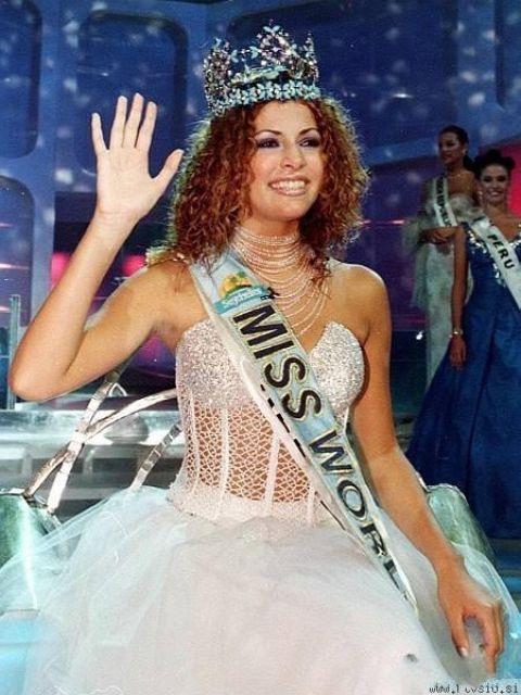 Năm 1998, Hoa hậu Thế giới người Israle cũng diện váy bồng xòe màu trắng như công chúa với phần thân xuyên thấu gợi cảm.