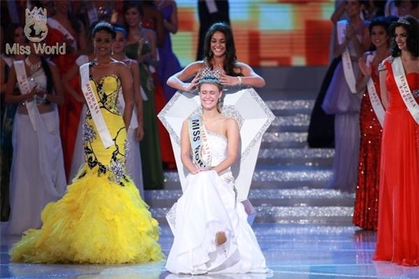 Hoa hậu Thế giới trong 3 năm: Tatana Kucharova (năm 2006, người Cộng hòa Séc), Kaiane Aldorino (năm 2009, người Gibraltar - vùng lãnh thổ hải ngoại thuộc Vương quốc Liên hiệp Anh và Bắc Ireland), Alexandria Mills (năm 2010, người Mỹ) đều chọn thiết kế màu trắng có phom đơn giản, nhẹ nhàng và đôi chút quyến rũ.